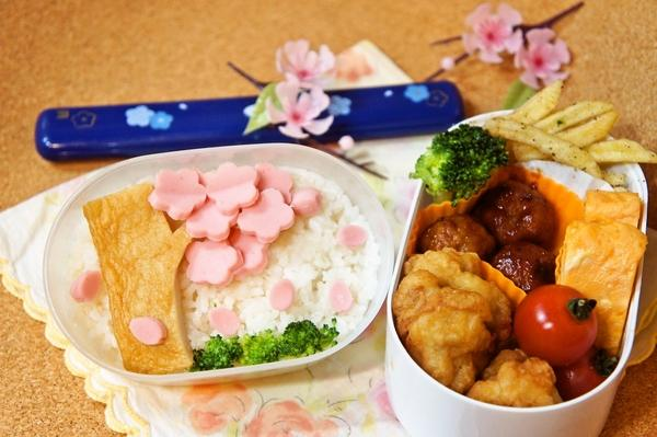 100円shopの型deギョニソの桜舞う春デコ弁当